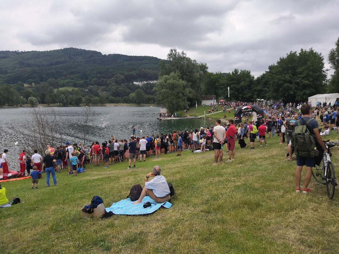 Zuschauer beim Schwimmausstieg der Sprint-Distanz